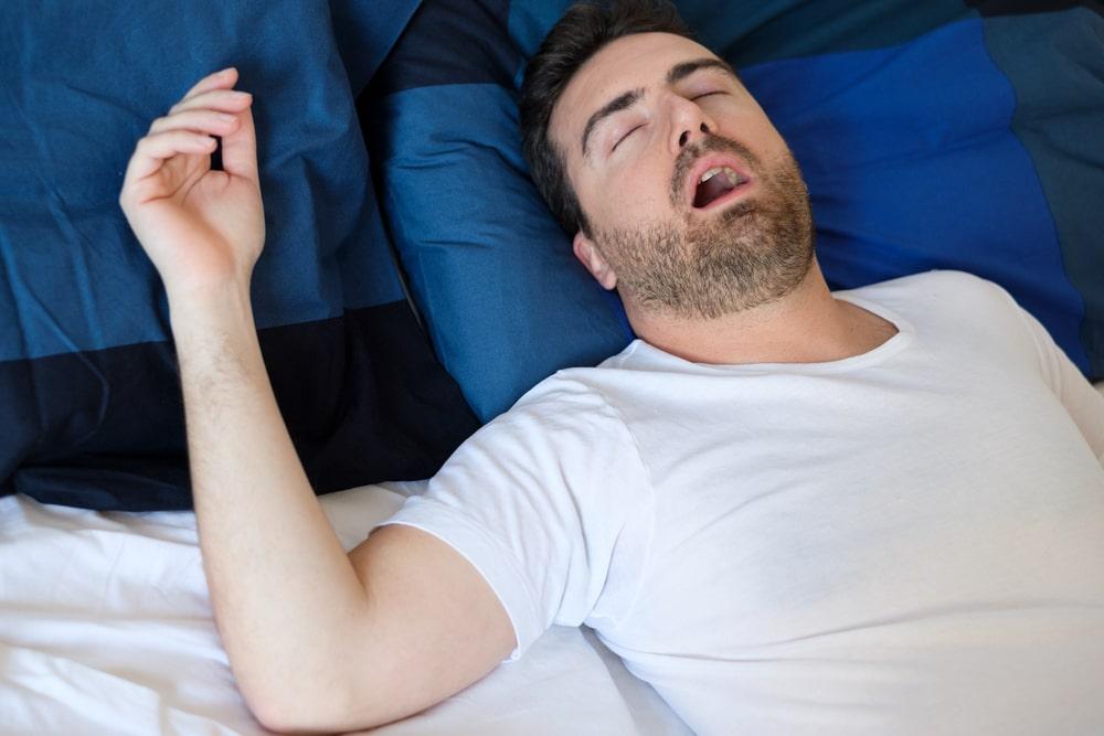 Un homme souffre d'apnée du sommeil